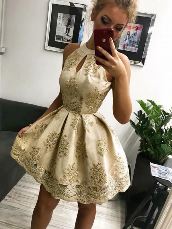 6c17db4463e9 Nádherné krátke áčkové spoločenské šaty bez rukávov zdobené nádhernou  luxusnou krajkou. Na hrudníku slzičkový výstrich.