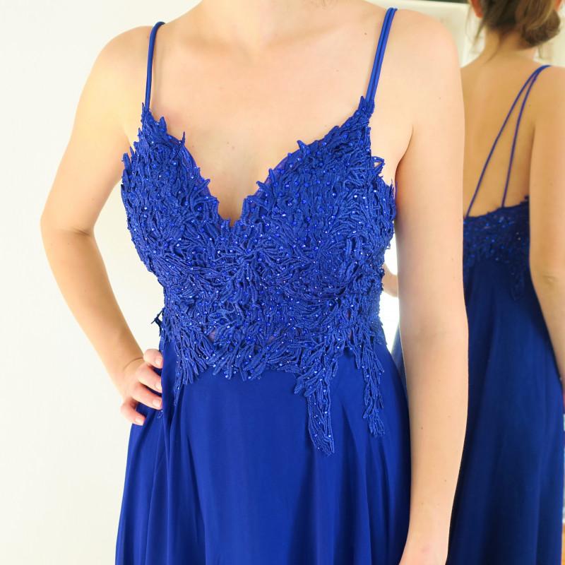 bcfbfcaab0bb Exkluzívne spoločenské šaty modrej farby na ramienka. Krajkový vrchný diel  a padavou jemne riasenou šifónovou sukničkou. Hrudník je jemne vystužený ...
